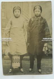 清末民初两位小脚三寸金莲年轻漂亮女子老照片,10.6X7.3厘米