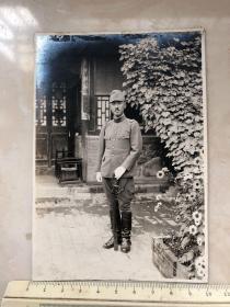 民国抗战时期原版老照片:拿指挥刀的日军军官,把老百姓的民房改成队长室
