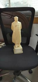 毛主席整身塑像高40/10/10Cm。品相如图终身包老包真原汁原味很有收藏价值。
