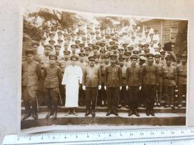 民国抗战时期原版老照片:拿指挥刀的的日军军官、军医、女护士合影