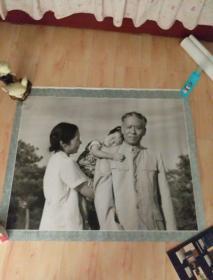 珍贵的回忆 (大幅摄影作品90X76 )我要爸爸抱 刘少奇、王光美同志与三岁的女儿 1965年