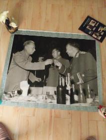 珍贵的回忆 (大幅摄影作品90X76 )为朱老总干杯 刘少奇周恩来向刚被授衔的朱德元帅祝贺 1955年