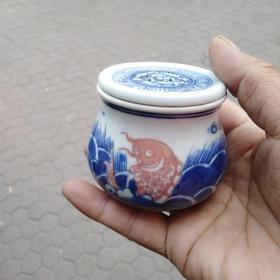青花釉里红小罐,样子漂亮,年代未知,买前想好,售出不退,口沿内侧有微小刻痕,仔细看图,年代确定不了,想买的请人看看再买,或者自己,研究研究,买前想好,售出不退。