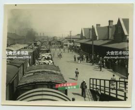 民国时期天津东站火车站,天桥之上拍摄站内全景老照片。天津东站又称天津站,位于中国天津市河北区与河东区交界的海河北岸