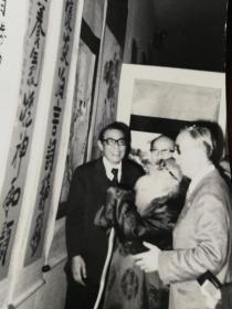 七十年代张大千等人观看画展原版照片,手工放大银盐照片