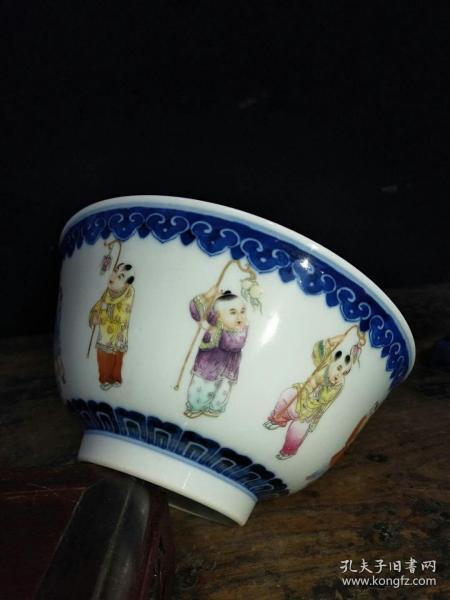 清乾隆手绘粉彩青花婴戏精品碗,完整全品,成色如图。瓷质细腻,纯手工胎。值得收藏。