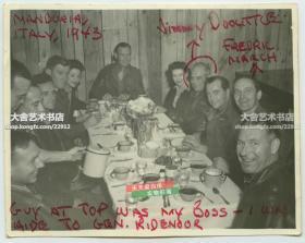 1943年吉米·杜立特将军战地聚会合影老照片,照片中右侧头上被画红圈的就是杜立特。其为报复珍珠港事件而空袭日本东京在内的数座城市,史称轰炸东京,这批飞行员最后都迫降在中国浙江与江西的村落,得到了中国百姓的救助。