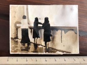民国时期原版老照片:三美女背影