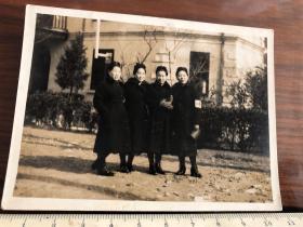 民国时期原版老照片:戴着红十字会袖标的四个女子合影