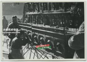 民国时期在集市上围看拉洋片西洋景的摊位民俗老照片