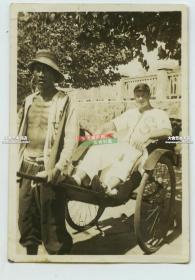 民国时期山东青岛的外国游客乘坐人力车老照片