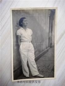 民国老黑白照片: 民国二十六年 时尚女孩留影(中国照相材料行放大)