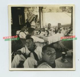 民国时期1923年左右美国海军水兵游览中国园林(北京颐和园?)在其中喝啤酒豪饮,可见附近中国士兵军警老照片一张