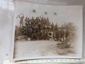 民国抗战时期原版老照片:淞沪会战日军战领上海宝山路阵地欢呼