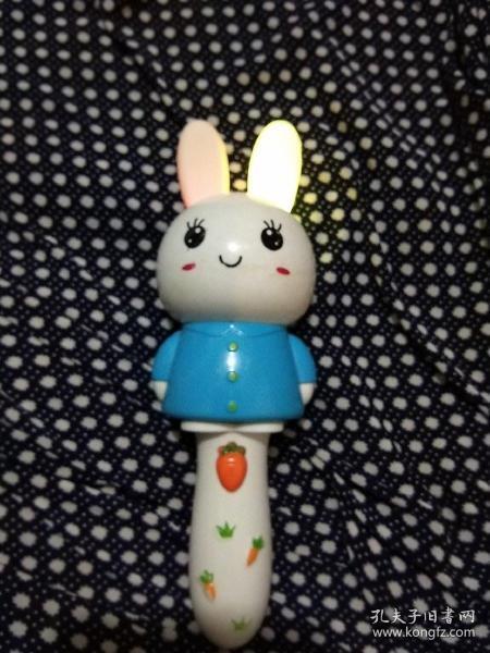 塑料卡通音樂玩具,長耳朵兔兔,打開電源開關有寶寶叫爸爸媽媽,又笑又唱小蘋果,伴著音樂小兔的耳朵閃爍光彩,非常可愛好玩,玩具