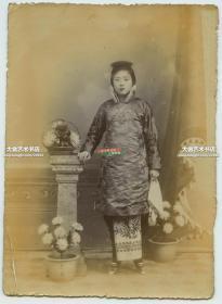 清末照相馆拍摄北方穿棉旗袍,小脚三寸金莲女人站立像老照片一张,14.3X10.2厘米