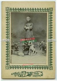 民国早期养了两条小狗的年轻女孩照相馆肖像照,当时无论发型还是服饰都算是时髦类型。整件卡纸的尺寸是12.8X9厘米