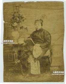 清代照相馆拍摄的读书年轻少女老照片,金莲小脚,蛋白相纸,110年以上的历史。