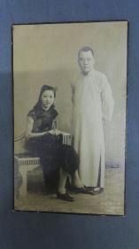 民国上海著名的王开照相馆老照片一张,文人范十足的长衫男和旗袍女。