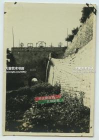 民国时期北京古观象台正门老照片,当时东侧尚和北京的城墙相连接,右侧可见登程马道,此时已被碎城砖堆砌矮墙拦截。拍摄于夏季,貌似疏于打理,地表植被超乎寻常的茂盛。8.6X5.9厘米