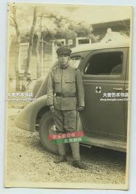 民国一名站在有红十字标识的汽车前留影的日军士兵老照片