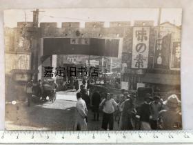 日寇占领无锡时的无锡光复门老照片,后面依稀还能看到无锡日语学校横幅