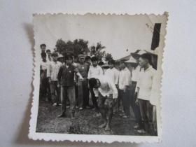 文革时期知识青年在农村批斗四类分子照片