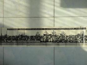 精品老照片:东北局第一书记宋任穷等领导同志会见参加东北区一九六五年京剧现代戏观摩演出会的全体演出观摩人员合影。1965年。尺寸:205  x  19   CM 。保老保真。