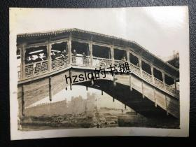 【照片珍藏】民国兰州古城旁雷坛河上卧桥(兰州握桥)及桥上游人等周边景象,桥身细节清晰、另可见古城墙局部。老照片内容少见,影像清晰、甚为难得