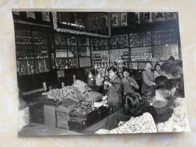 老照片《琳琅满目食杂店》美女售货员,1955年,发展经济,保障供给