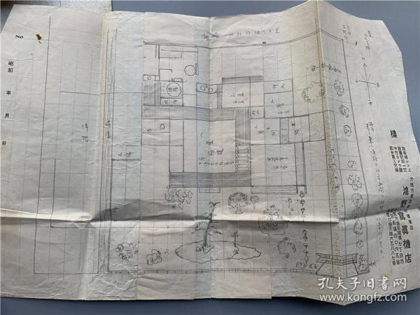 古代建筑工程图稿一叠,融合了风水家相阴阳风水学问。另有一份不动产买卖契约,大约明治至昭和时期奈良鸿野家地面建家图,可了解当时住宅平面布局庭院设计与风水观念,如此百年文献可遇不可求