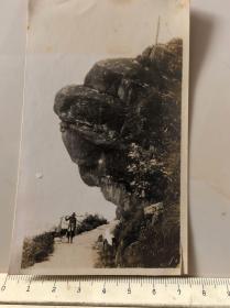 民国时期江西庐山原版老照片,庐山奇石下的挑夫