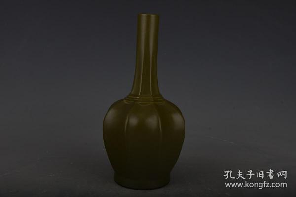 清乾隆茶葉末釉凈瓶。