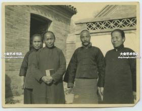 民国时期中国北方(北京通州?)的基督教教会信众手持新约全书合影老照片