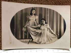 民国时期2个连衣裙美女赤脚表演原版老照片
