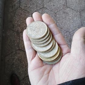 银元,早期的铜胎仿制品,年代也不短啦,估计有30年左右了,单买不包邮,10个以上包邮,总共收到100个,线下卖了有10个左右,买前想好,售出不退。标的是一个的价格,单买不包邮,邮费自理。一次性收了一卷,用纸包着,有锈,现在发的照片是用水洗过的啦,剩下的都没洗。