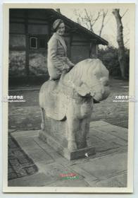 民国1937年3月31日上海租界中的Jessfield杰西菲尔德公园内,一外国女子在石马(石兽)石像上留影老照片, 此园原名兆丰公园, 现在的中山公园--位于上海市长宁区长宁路780号, 杰斯菲尔德(Jessfield),洋行大班,1914年购得此园。1944年改名兆丰花园,面积320亩