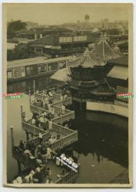 """民国上海历史最为悠久、最具盛名的茶楼---湖心亭茶楼九曲回廊,远处可见春风得意楼上挂有""""贪吃懒散,一世受苦""""的大幅宣传标语,远处可见自来水公司水塔"""