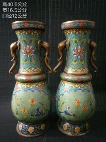 旧藏景泰蓝铜胎掐丝珐琅彩象耳年年有余花瓶一对,此对藏品器形厚重,色泽雅致,古意盎然。