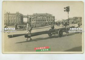 民国时期上海黄浦区光陆大楼向北拍摄乍浦路桥上的交通状况,桥东北角的建筑是德商礼和洋行的一个机构,大约现在上海苏宁宝丽嘉酒店,嘉府一号一带,当时桥上有交通灯,拉竹条或钢筋的人力车等