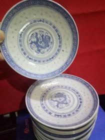 七八十年代景德镇出口青花玲珑瓷碟(13个)直径13厘米。