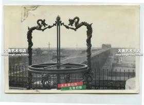 民国时期站在北京古观象台地平经仪之后,向正南眺望东便门角楼老照片。画面左侧是外城东北角城墙。画面右侧是一百年前的泡子河,城墙根下就是筒子胡同。当时城墙上野草繁茂,只留下一条行人小道,远处便是东便门城楼.