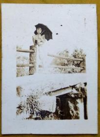 民国老照片:民国小桥,撑伞的美女。【陌上花开——民国浙江嘉兴——海宁县硖石镇——吴树本家庭系列】