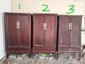 老榆木大书柜,共三个,尺寸不一样,最大的为2号高1.9米,长98cm,深度为54cm。1号尺寸高188cm,长98cm,深度为54cm。3号尺寸为189cm高,长96cm,深度为50cm。单个售价1200元,打包出有优惠