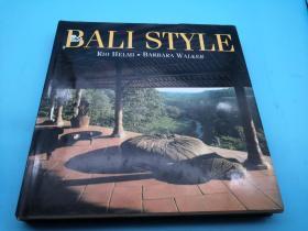 《巴厘岛地区自然风格装饰设计》,2003年英文原版,26*26公分,九五成新,200页精装原书衣,超过330张彩色图版和一篇启发性的文字呈现了巴厘岛独特风格的杰出调查。从风景如画的竹屋到现代的巴厘岛民居,从传统物件和艺术形式到手工艺品,巴厘岛迷人文化的精髓得以展现。这里的传统住宅保存了过去的精华