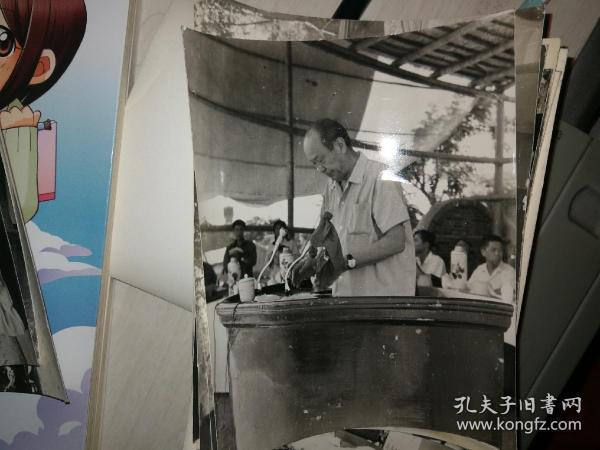 乌兰夫 1976年作为中央代表团副团长赴一线慰问唐山大地震受灾百姓  重大历史题材。老照片一组18张