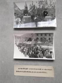 庆祝华国锋同志任中央军委主席群众上街大游行2张照片