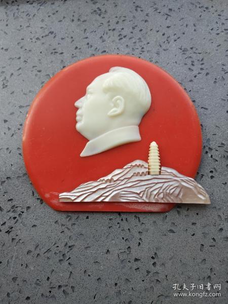 文革时期的:塑料毛主席和贝壳制作井冈山大像章