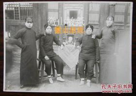 民国老照片:小脚女人、民国旗袍美女。茶几上摆设讲究。年轻叉腰的疑是孕妇