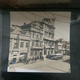 老照片〈原版〉,五十年代沈阳街景建筑。有公私合营商店,挂标语:…天罗地网,让八害无处躲藏…。建筑上有瀋阳…公司…等字。〈约5.5×5.8㎝〉